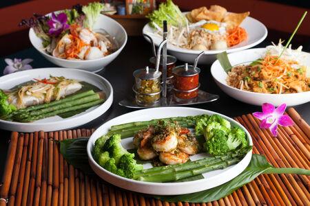 브로콜리와 아스파라거스와 새우와 해산물 요리입니다.