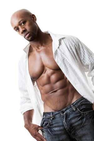 hombre calvo: Virada y arrancó magra man fitness muscular con una camisa abierta aislados en un fondo blanco.