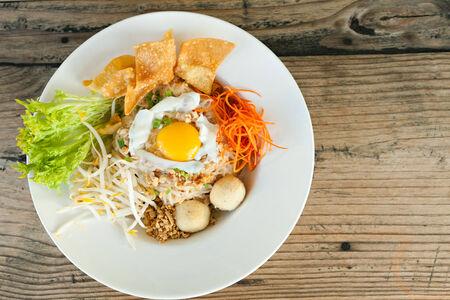 santa cena: Estilo gaprow bai pad Gai plato tailandés con huevo frito y fideos de arroz.