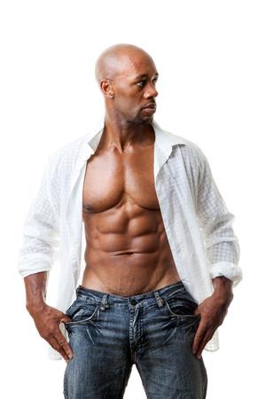 Afgezwakt en scheurde spiermassa fitness man het dragen van een open shirt geïsoleerd over een witte achtergrond. Stockfoto