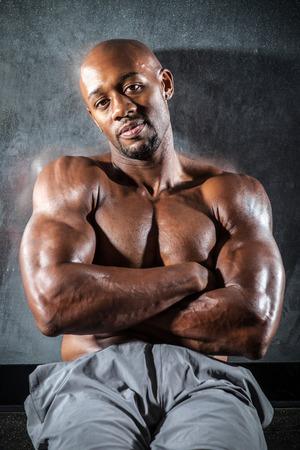 american sexy: Портрет постного тонированное и разорвал мышцы Фитнес человек под резкое низкий ключ освещение.