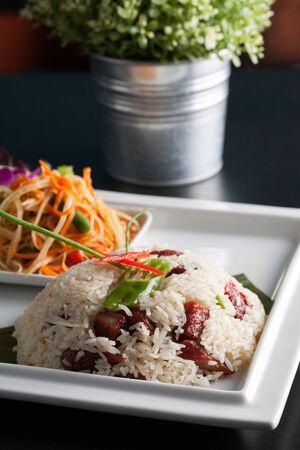 Traditional dish of freshly prepared Thai food.  Thai Sausage and som tum green papaya salad. Standard-Bild
