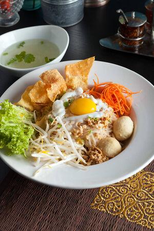 santa cena: Gai bai pad estilo gaprow plato tailand�s con fideos de huevo y arroz frito. Foto de archivo