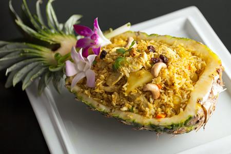 Vers bereide ananas gebakken rijst geserveerd in een ananas gesneden als een kom. Stockfoto