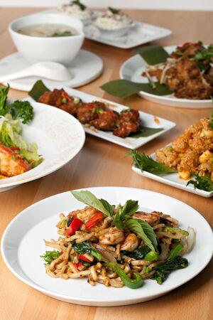 plato del buen comer: Las variedades de alimentos tailandeses y aperitivos que cubren una mesa. Poca profundidad de campo. Foto de archivo