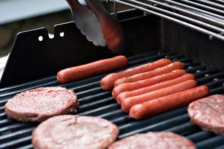 Un primer plano de unas hamburguesas frescas y jugosas cocinar en la parrilla. Foto de archivo - 36583034