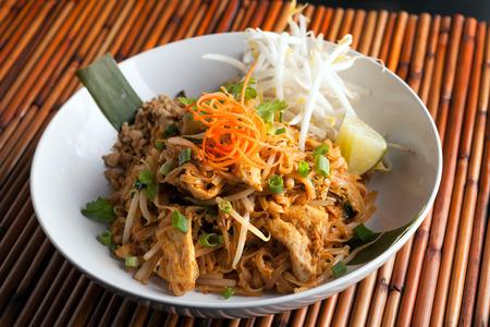 Hühnchen pad Thai-Gericht rühren gebraten Reisnudeln mit einer zeitgenössischen Präsentation. Standard-Bild - 36583110