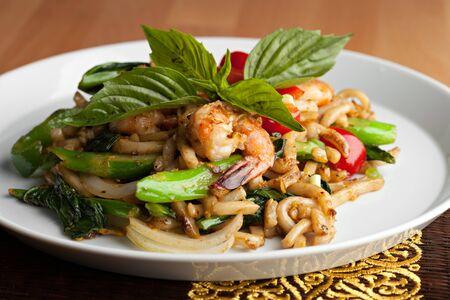 santa cena: Comida tailandesa salteado de camarones con fideos lo mein poca profundidad de campo. Foto de archivo