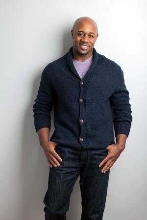 세련 된 현대 비즈니스 남자 입고 작업 캐주얼 복장.