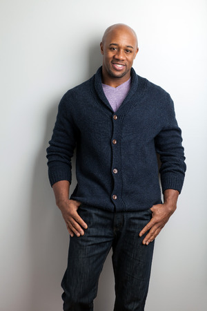Stijlvolle, moderne zakelijke man draagt werk casual kleding.