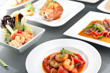 タイ風全体の魚は red snapper 甘くて酸っぱいエビ餃子餃子胡麻パン シーフード サラダとスパイシーなタイ料理の様々 な。