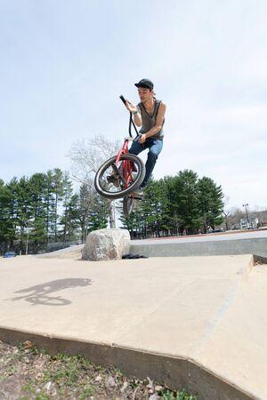 handle bars: BMX rider atleta girar sus manillar mediados de aire.