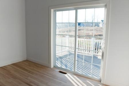 porte bois: Intérieur de la maison moderne avec des portes coulissantes en verre menant à un petit porche. Banque d'images