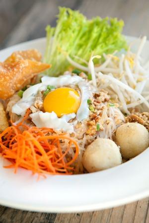 santa cena: Gai bai pad estilo gaprow plato tailandés con fideos de huevo y arroz frito. Foto de archivo