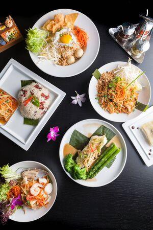 Verscheidenheid aan authentieke Thaise gerechten en roerbak gerechten. Ondiepe scherptediepte.