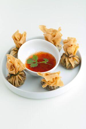 Traditionele Thaise eten zak geld of gouden zak hapjes. Ondiepe scherptediepte. Stockfoto