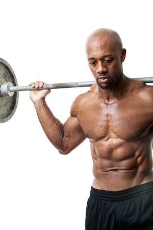Afgezwakt en scheurde spiermassa fitness man tillen gewichten geïsoleerd over een witte achtergrond.
