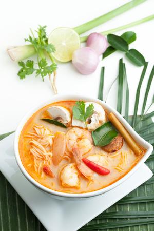 Thaise garnalen Tom Yum soep kom van dichtbij met noedels. Stockfoto