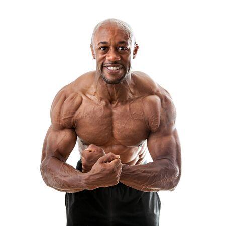 Geript en gespierd martial artist buigen zijn spieren die over een witte achtergrond.