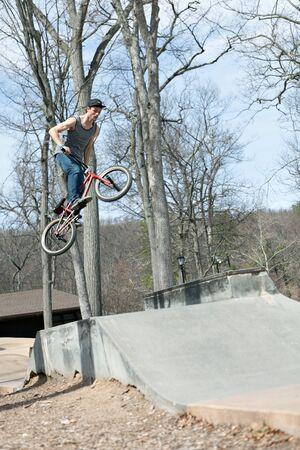 Ruiter BMX atleet spinning zijn hele fiets midden in de lucht.