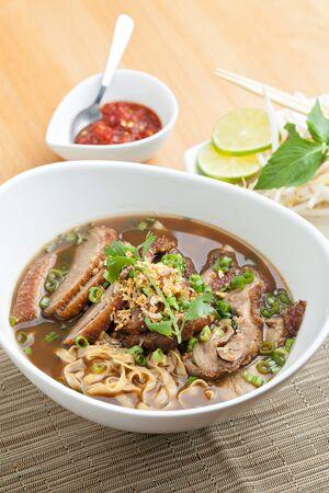 Close-up van een aantal Thaise soep met eend en rijst noedels.
