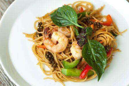 Thais eten gerechten met garnalen en noedels en soep met eend. Ondiepe scherptediepte.