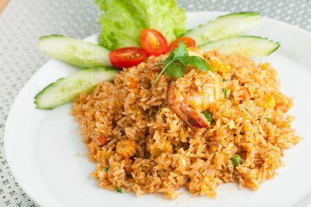 Sriracha garnalen gebakken rijst schotel met garnituur puntjes van siracha saus. Stockfoto