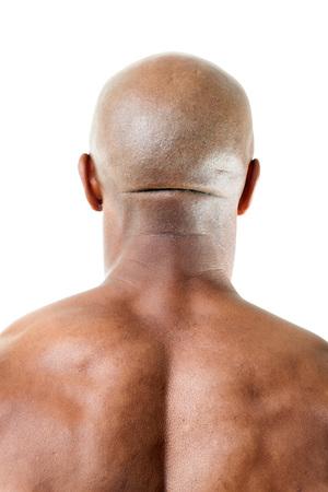 hombre calvo: Primer plano de la parte posterior de una cabeza mans muscular y de espalda superior aislada sobre un fondo blanco. Foto de archivo