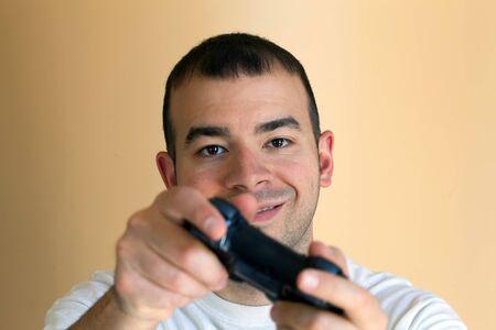 30 iets video gamer gokken met zijn draadloze controller.