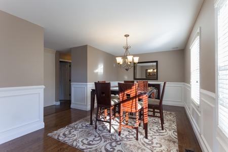 Mooie opgevoerd eetkamer in een modern huis.