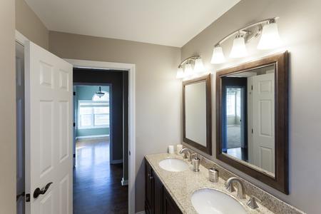 Mooie geënsceneerd interieur badkamer kamer in een modern huis.