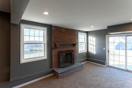 decoracion mesas: Hermosa por etapas entre sala de estar sótano terminado en una casa moderna.