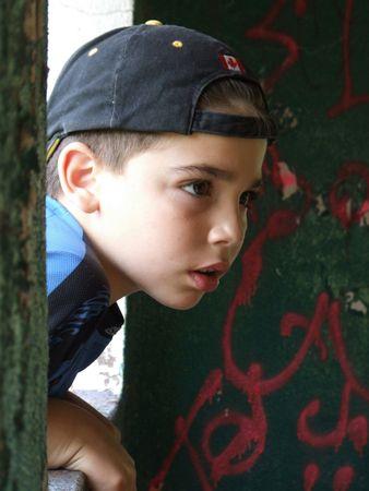 chłopięctwo: Podczas swojej pierwszej oficjalnej Fotografia strzelają w parku, Kenny stawia w oknie pawilony. Zdjęcie Seryjne