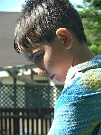 chłopięctwo: Zack jest relaks po gry w bilard. Zawinięte w ręcznik, on czeka się ciepły i suchy.