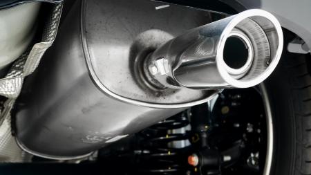 contaminacion acustica: Tubo de escape de coches y de acero inoxidable tubo de escape. Foto de archivo