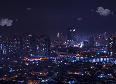 Een zee van lichten in de stad: luchtfoto nachtzicht van Petaling Jaya die leidt naar Kuala Lumpur