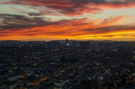 Vibrant red sunset over Petaling Jaya and Kuala Lumpur, Malaysia Banco de Imagens