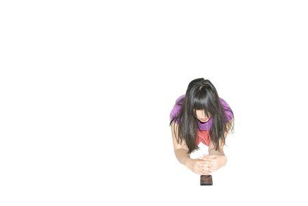 mujer rodillas: Retrato conceptual de la mujer de rodillas en el suelo escuchar música en los teléfonos inteligentes - aisladas blanco - espacio de la copia Foto de archivo