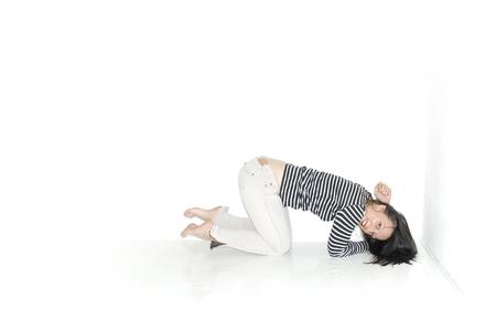 mujer arrodillada: Retrato de mujer de rodillas en el piso - espacio de la copia