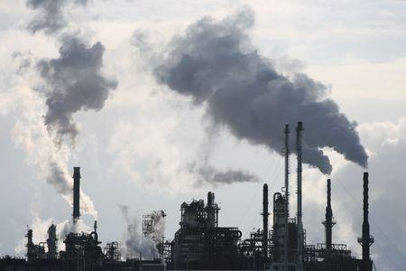 long shot: Girato a lungo di una raffineria liberando lo smog in aria l'inverno