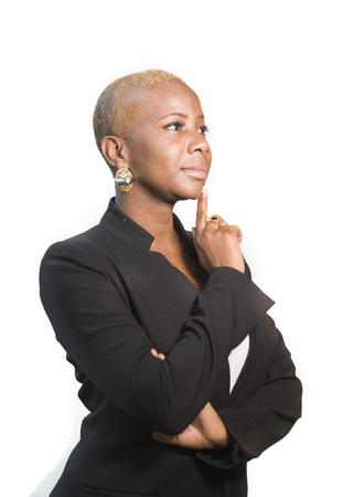 Unternehmensporträt der jungen glücklichen und attraktiven schwarzen Afro-Amerikanerin mit moderner Frisur, die fröhliches und kühles Lächeln auf lokalisiertem Hintergrund im Geschäftserfolgskonzept des Unternehmers aufwirft
