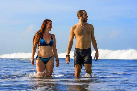 giovane coppia felice e bella che si gode le vacanze estive viaggio o viaggio di nozze insieme nella spiaggia del paradiso tropicale divertendosi rilassato e giocoso sul mare sorridente allegro