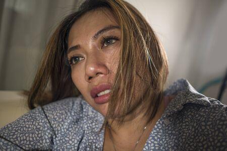 portrait dramatique de style de vie d'une belle jeune femme triste et déprimée réfléchie et confuse à la maison canapé se sentant cœur brisé souffrant de crise de dépression et problème d'anxiété Banque d'images