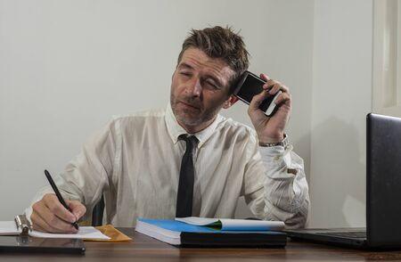 Verzweifelter Finanzmanager im Stress - Corporate Business Lifestyle Portrait eines gestressten und überforderten Geschäftsmannes, der frustriert und ängstlich mit Depressionsproblemen arbeitet