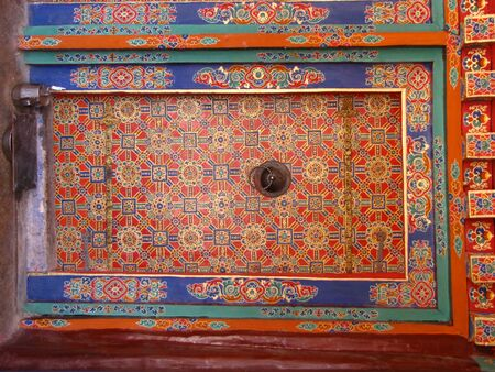 Colorful decorated closed door at Drepung monastery, Lhasa, Tibet, China Stockfoto