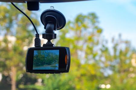 Kamerarecorder vor dem Fahrzeug montiert. Standard-Bild