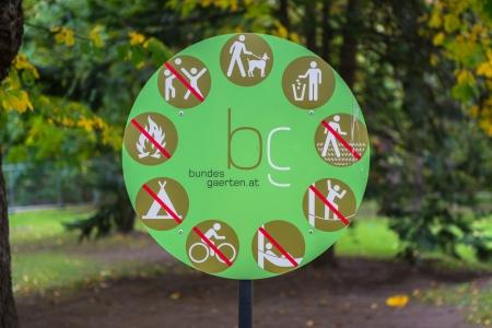tirar basura: Muestra en un parque, con no tirar basura, no montar bicicletas y hay perros