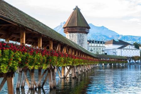 Panoramisch uitzicht van een houten brug van de kapel en de oude binnenstad van Luzern, Zwitserland