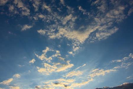 Heldere blauwe hemel met enkele witte wolken Stockfoto - 60040804