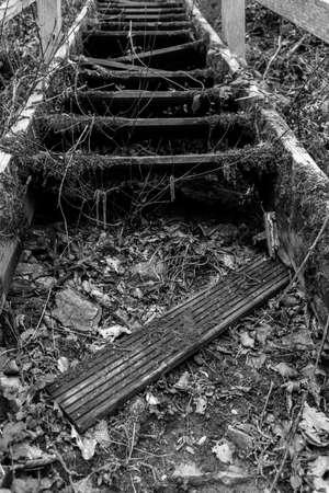 Griezelig en gebroken trappen in zwart en wit Stockfoto